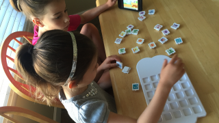 Kids build a program out of real Puzzlets pieces in the Play Tray.