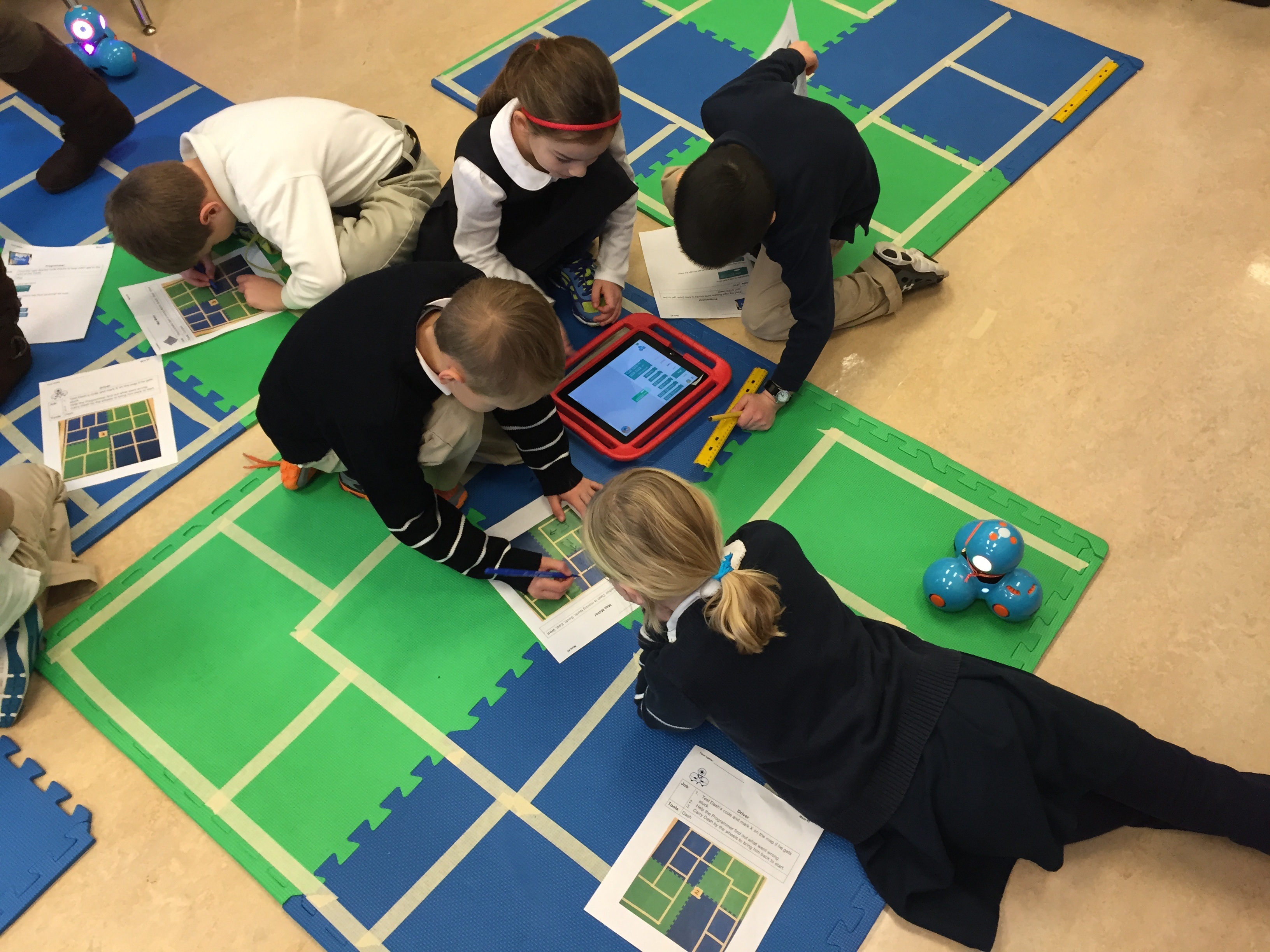 elementary school students collaborating on Wonder Workshop app